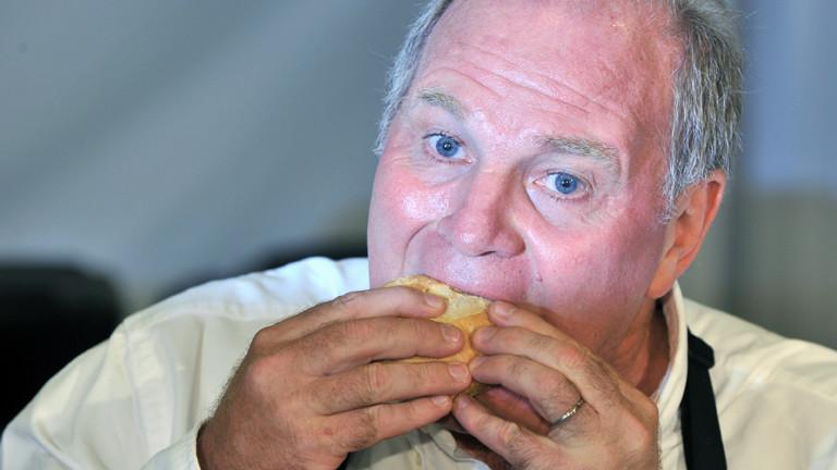 Der Wurstfabrikant und Präsident des Fußballvereins FC Bayern München, Ulrich Hoeneß beißt am Montag (05.07.2010) während eines Pressetermins der Hamburger-Restaurant-Kette McDonalds in München (Oberbayern) in einen Hamburger.