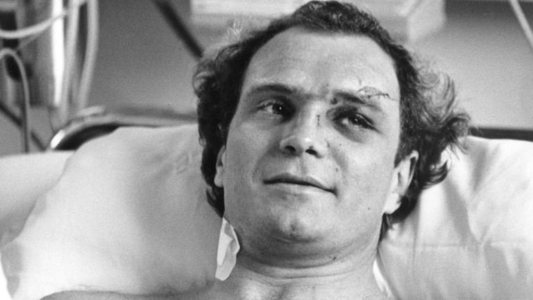 Der Manager des Deutschen Fußballmeisters Bayern München, Uli Hoeneß, liegt am 20.02.1982 nach überlebtem Flugzeugabsturz im Krankenhausbett im Nordstadt-Krankenhaus in Hannover.