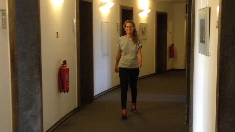 Jule läuft durch unser Funkhaus in Berlin.