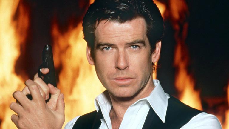 """In der typischen Pose des Agenten 007 alias James Bond zeigt sich der irische Schauspieler Pierce Brosnan in einer Szene des Films """"Der Morgen stirbt nie"""" von 1997."""