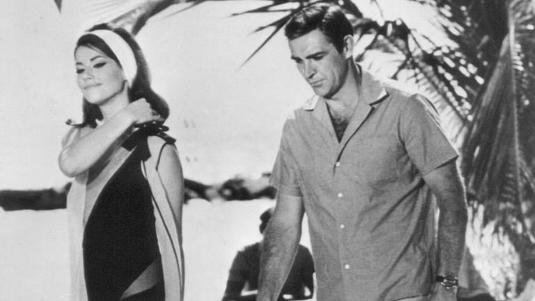 """Sean Connery und Claudine Auger im April 1965 auf den Bahamas während der Dreharbeiten zu dem James-Bond-Film """"Thunderball""""."""