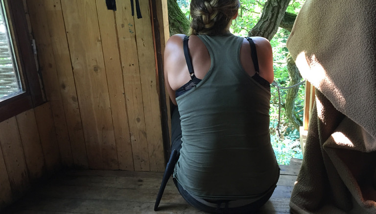 Aktivistin im Baumhaus