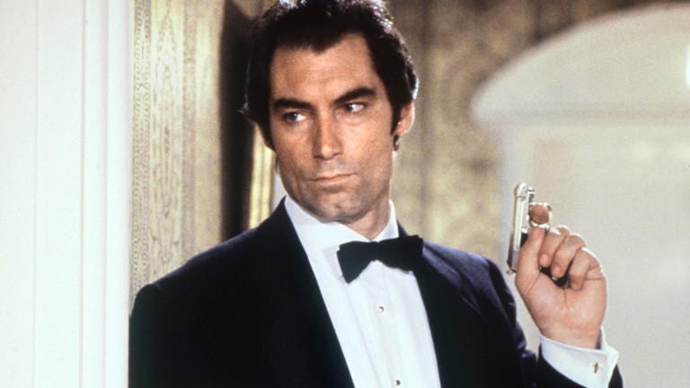"""Der britische Schauspieler Timothy Dalton als James Bond in einer Szene seines zweiten Bond-Filmes """"Lizenz zum Töten"""" (License Revoked) im Jahr 1988."""