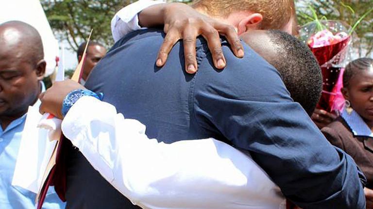 Mädchen und Mann umarmen sich