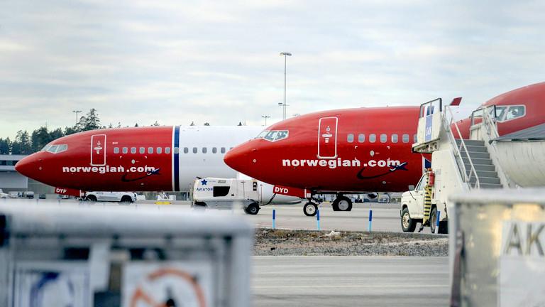 Zwei Flugzeuge auf einem Flugplatz