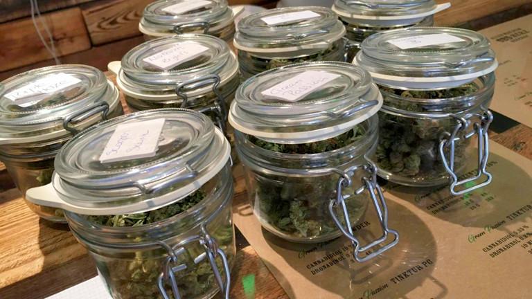 Cannabis zum Verkauf in Gläsern