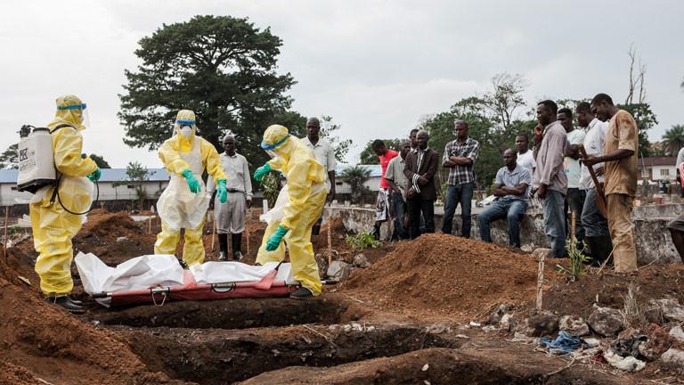 Beerdigung eines Ebola-Toten in Sierra Leone.