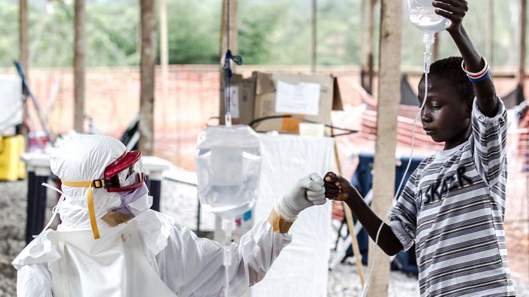 In den Behandlungszentren von Sierra Leone wird Ebola-Patienten geholfen - auch viele Kinder sind betroffen.
