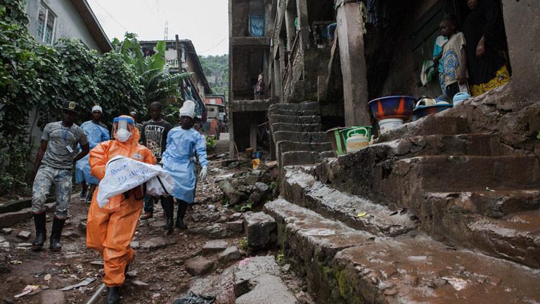 Helfer gehen zu den an Ebola erkrankten und zu den Verstorbenen in die Häuser.