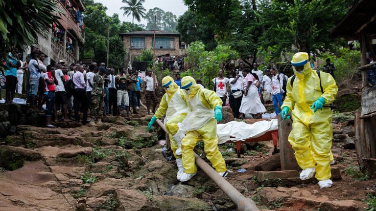 Helfer von Hilfsorganisationen holen an Ebola Erkrankte und Verstorbene ab.