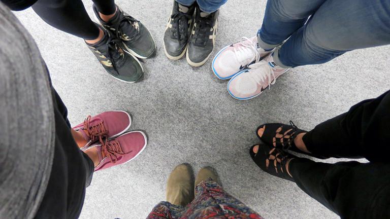 Bild von sechs paar Schuhen.