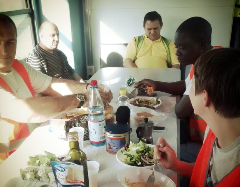 Mittagessen an einer Raststätte