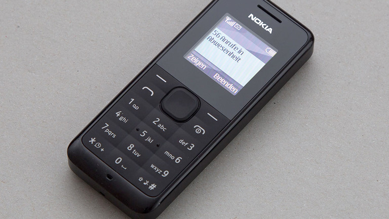 Ein Handy auf einem Tisch