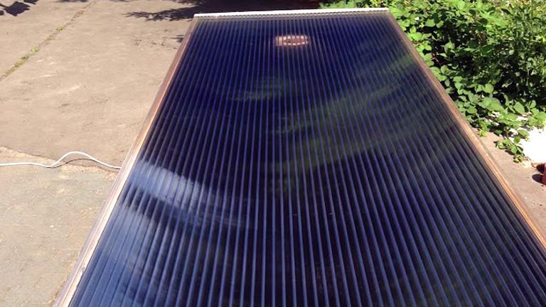 Der Solarluftkollektor ist im Hof aufgebockt.