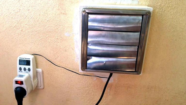 Aus einem rechteckigen Kasten mit kleinen Lamellen kommt die warme Luft ins Wohnzimmer
