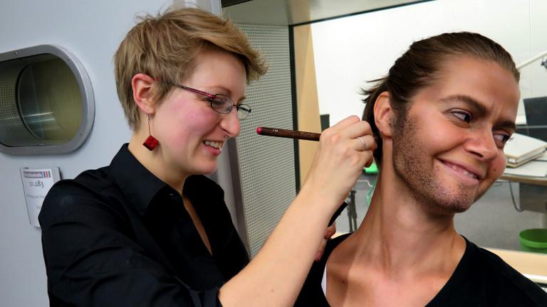 Florence schminkt sogar Julias Halspartie nach
