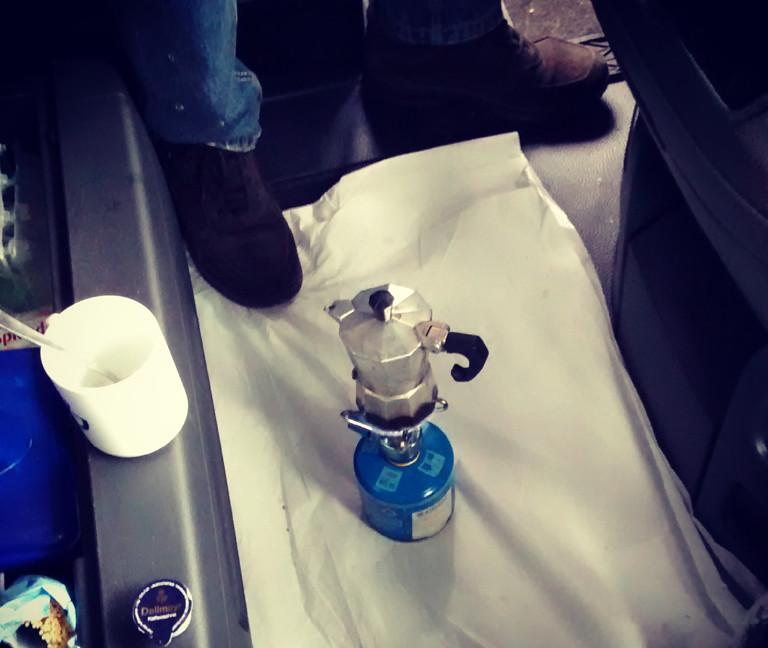 Im Fahrerhaus wird Kaffee auf einem Campingkocher gebrüht - natürlich nicht während der Fahrt