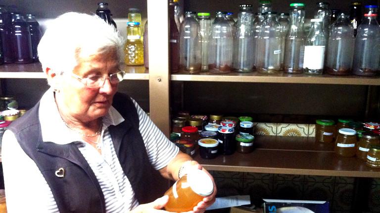 Noras Oma kontrolliert ein Marmeladenglas