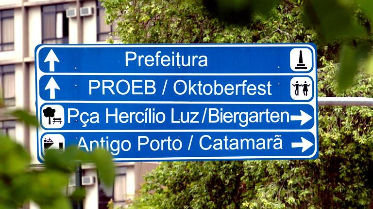 Ein Verkehrsschild weist im brasilianischen Blumenau den Weg zum Oktoberfest.