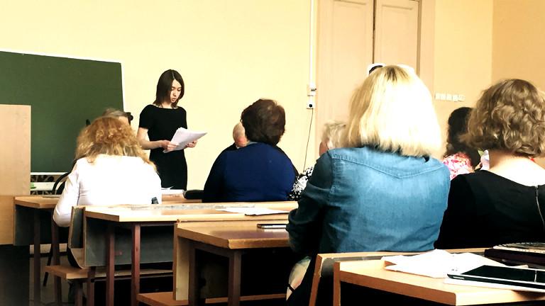 Anastasia Bushuewa steht auf einem Rednerpult vor einem Publikum im Hörsaal.