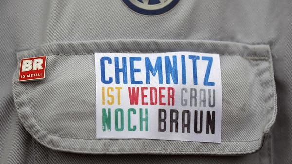 Aufkleber auf einer Brusttasche mit der Aufschrift: Chemnitz ist weder grau noch braun.