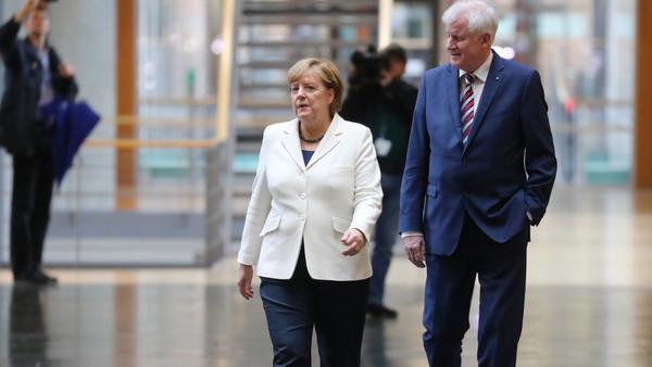 Verblasste Ziele: Angela Merkel und Horst Seehofer auf dem Weg zu den Sondierungsverhandlungen