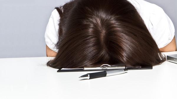 Eine Frau hat den Kopf auf den Tisch geschlagen