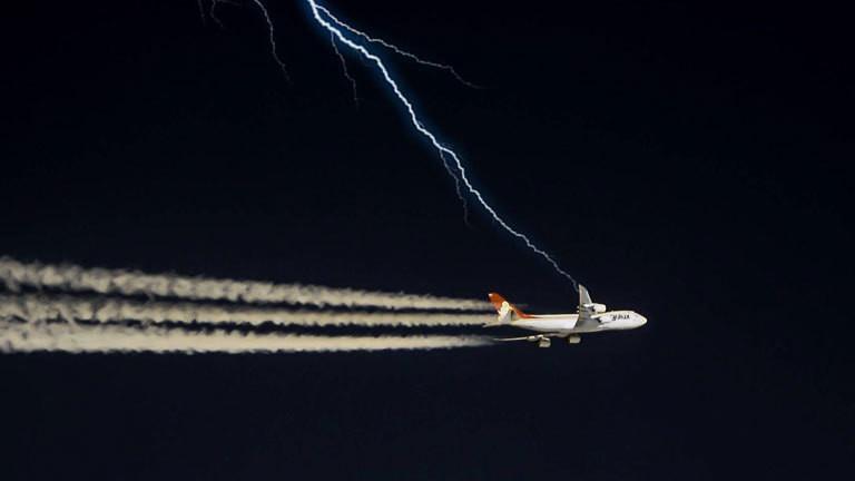 Ein Flugzeug, das auf einen Blitz zufliegt