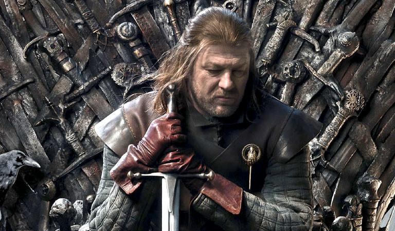Ned Stark, der Protagonist aus Game of Thrones, sitzt auf dem eisernen Thron.