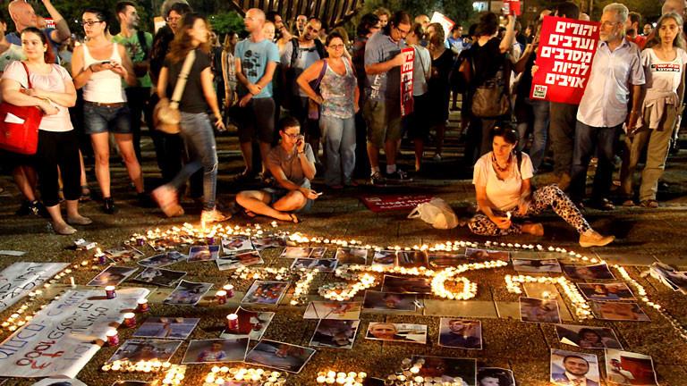 In Tel Aviv haben am 26.7.2014 mehrere Tausend Menschen für Frieden mit den Palästinensern demonstriert.