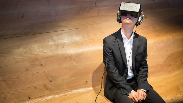 Ein Mann trägt die Volvo Oculus Rift Brille.