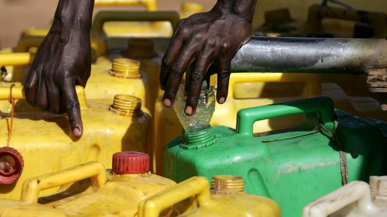 Ein Flüchtling befüllt Plastikkanister an einer Wasserstelle am Samstag (12.05.2007) im Flüchtlingslager Pabbo in der Nähe von Gulu in Uganda.