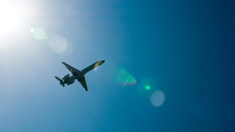 Flugzeug am Himmel.