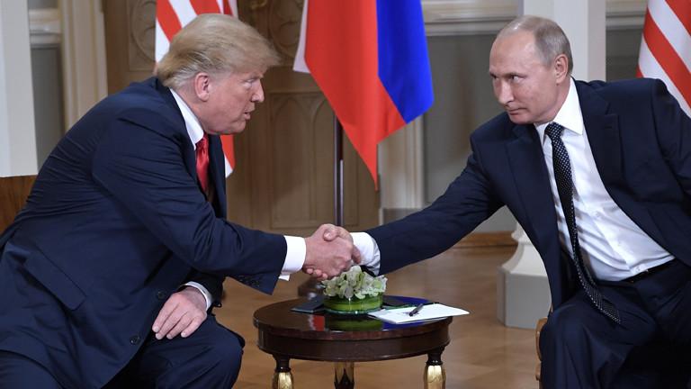 Wladimir Putin und Donald Trump schütteln sich in Helsinki die Hand.