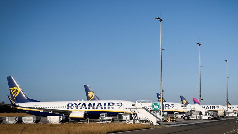 Flugzeuge von Ryanair auf einem Flughafen.
