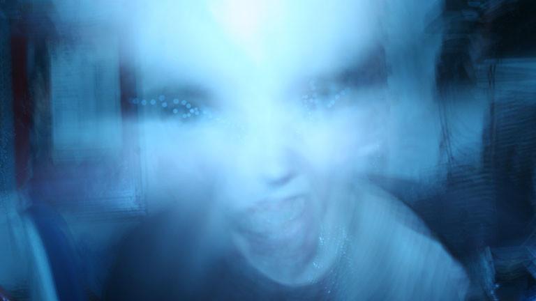 Ein Wesen, das wie ein Alien aussieht.