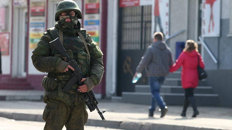 Ein ukrainische Soldat in der Stadt Simferopol.