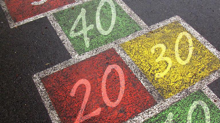 Ein Hüpfekästchen-Spiel mit den Zahlen 20, 30 und 40 darin.