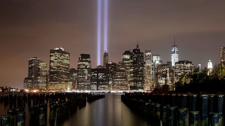 Die New Yorker Skyline mit zwei Lichtkegeln anstelle der Zwillingstürme des World Trade Centers.