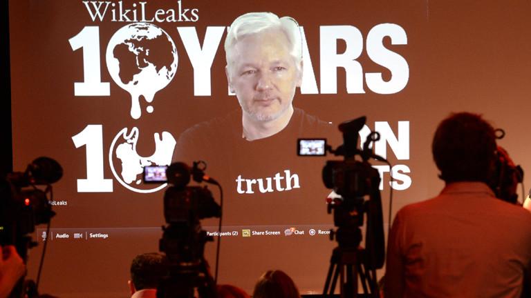 dpa: Assange bei einer Video-Liveschaltung bei einer Pressekonferenz in Berlin