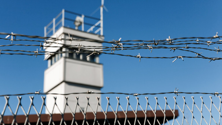 Stacheldraht vor einem militärischen Wachturm an irgendeiner Grenze.