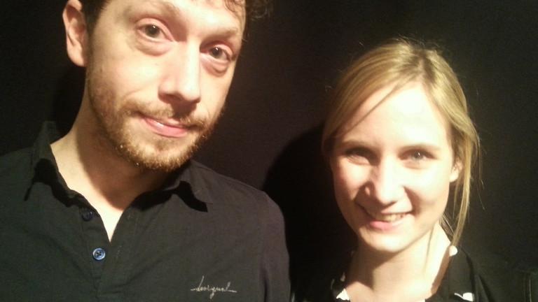 Christian und Jette stehen im kleinen Studio von DRadio-Wissen-Reporter Christian Rex nebeneinander.
