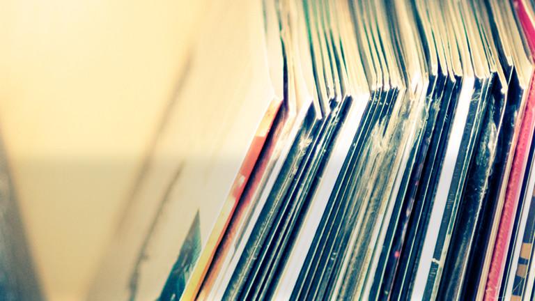 Schallplatten aneinander gelehnt.