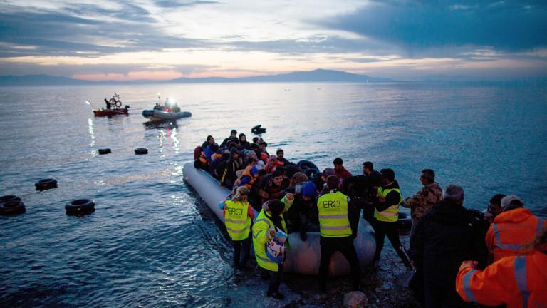 Flüchtlinge kommen am 09.03.2016 in einem Schlauchboot aus der Türkei auf der griechischen Insel Lesbos in der Nähe der Hafenstadt Mitilini (Mytilini) an.