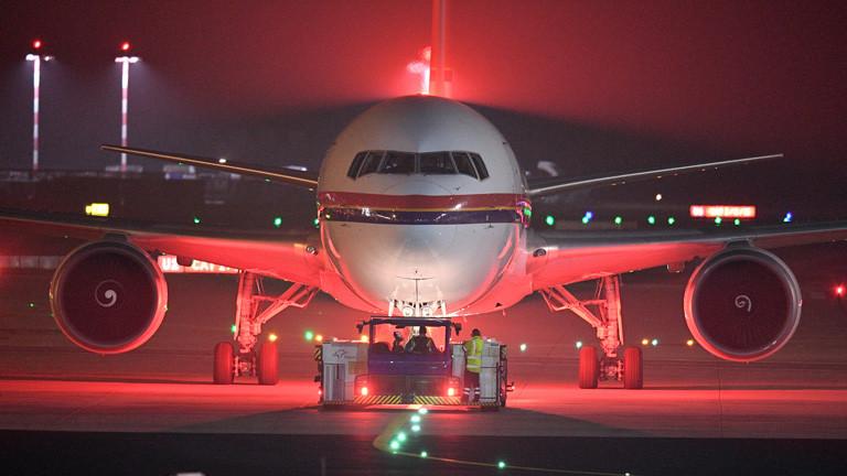 Ein Flugzeug von Meridiana wird am 14.12.2016 auf dem Flughafen in Frankfurt am Main (Hessen) aus der Parkposition geschoben. Laut Informationen von Pro Asyl und Medienberichten sollte am Mittwochabend ein erster Charterflug mit 50 Afghanen von Frankfurt nach Kabul starten.