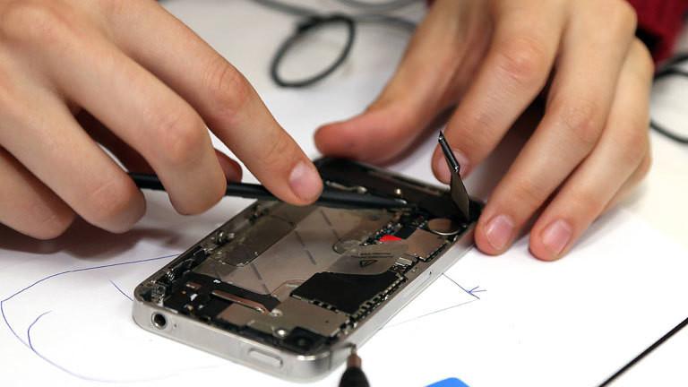 Reparatur von Smartphones im Greenpeace-Workshop in Eberswalde 29.06.2017