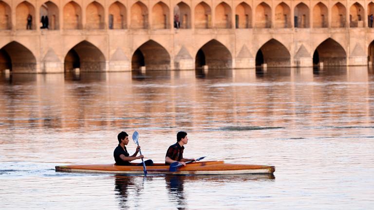 """Paddelboote vor der """"Si-o-se Pol"""", der 33-Brücke in Isfahan."""