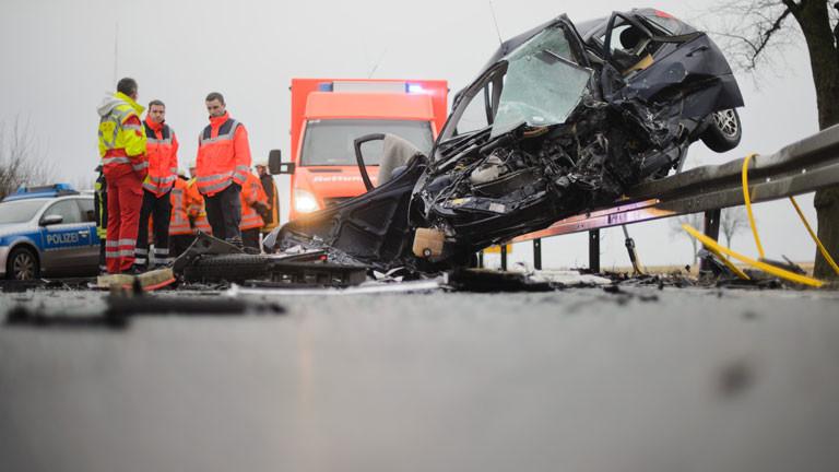 Ein Autowrack liegt am 02.02.2015 auf einer Leitplanke an der Bundesstraße B3 bei Adensen im Landkreis Hildesheim (Niedersachsen). Bei dem Unfall mit drei beteiligten Fahrzeugen kam ein Mensch ums Leben, zwei weitere wurden verletzt.