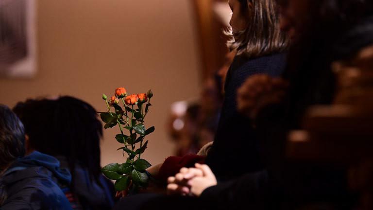10.10.2019, Sachsen-Anhalt, Halle (Saale): Trauernde nehmen in der Pauluskirche an einer Andacht zum Gedenken an die Opfer der Angriffe vom 09.10.2019 teil.