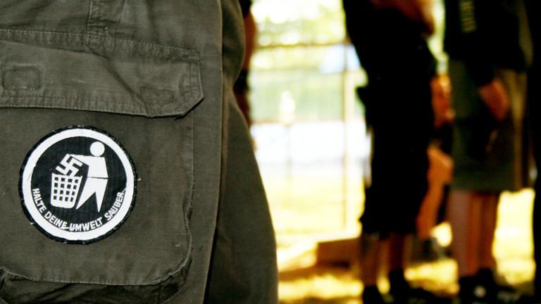 Ausschnitt von einer Army-Hose auf die ein Abnäher gegen Nazis genäht ist.